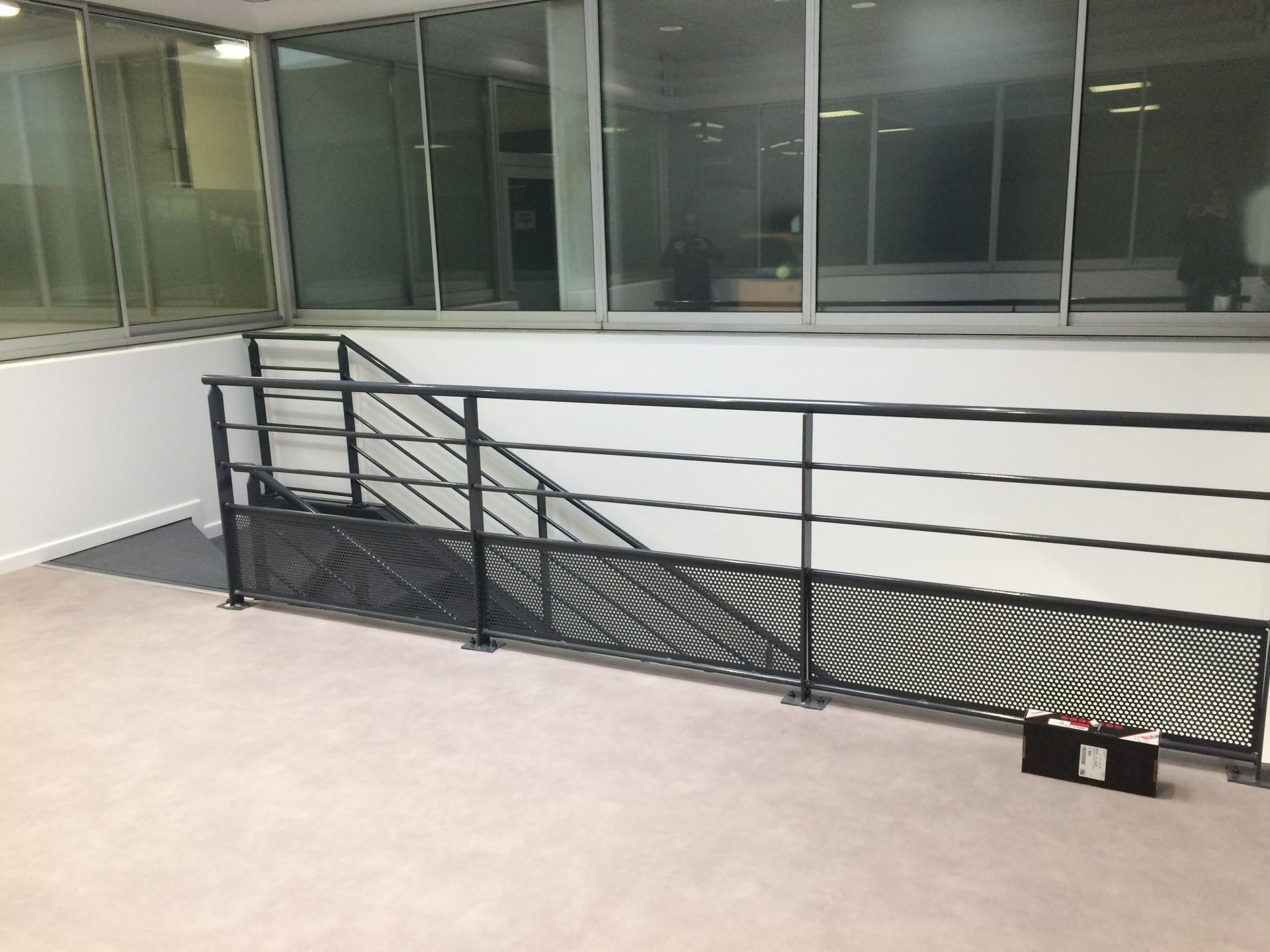 Pose d'un escalier dans les locaux d'une entreprise à Biarritz