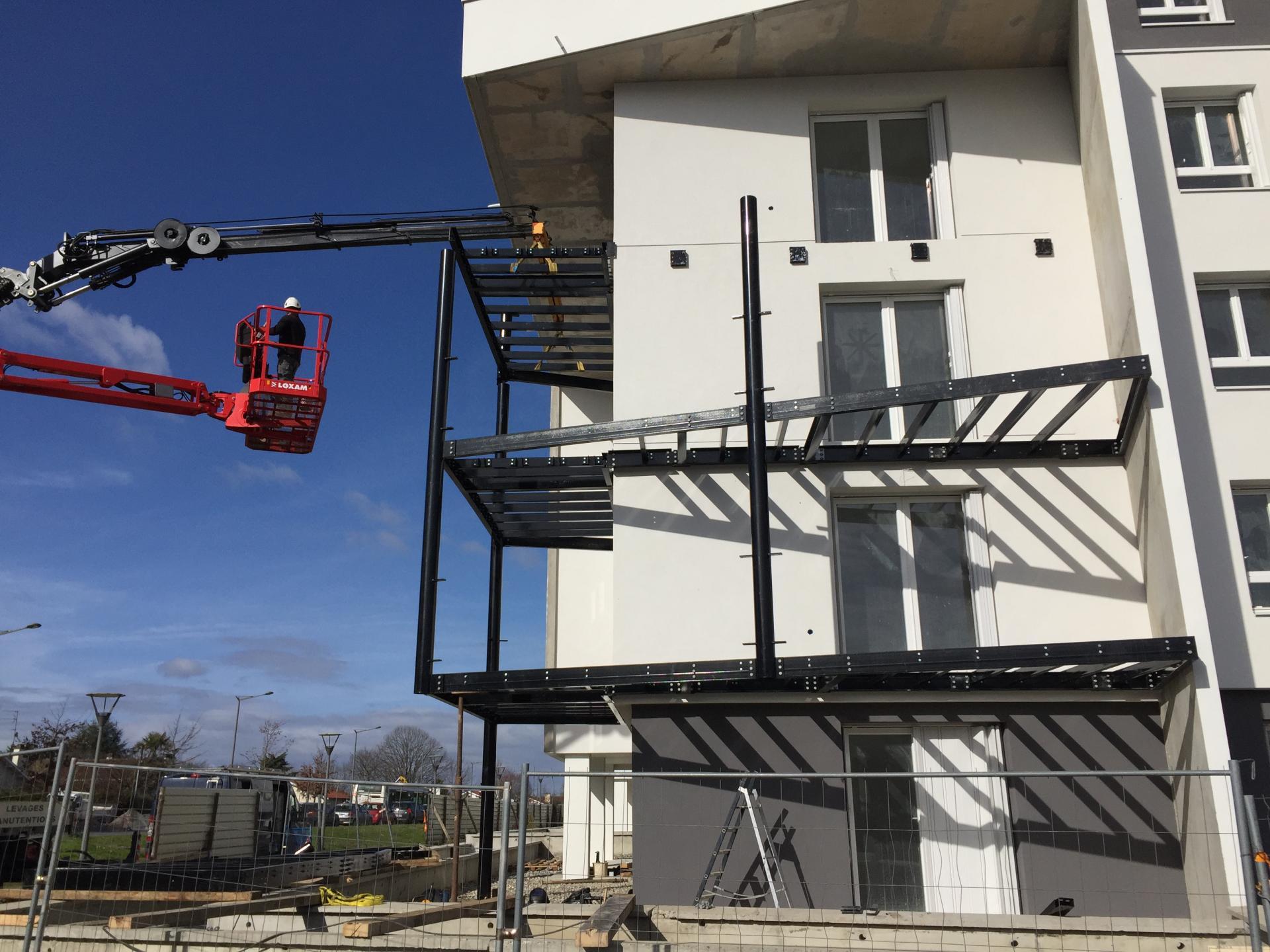 Fourniture et pose d'une structure métallique et de balcons